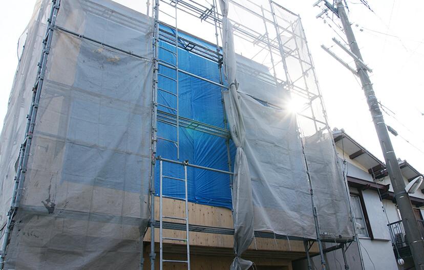 外壁改修工事をしている家