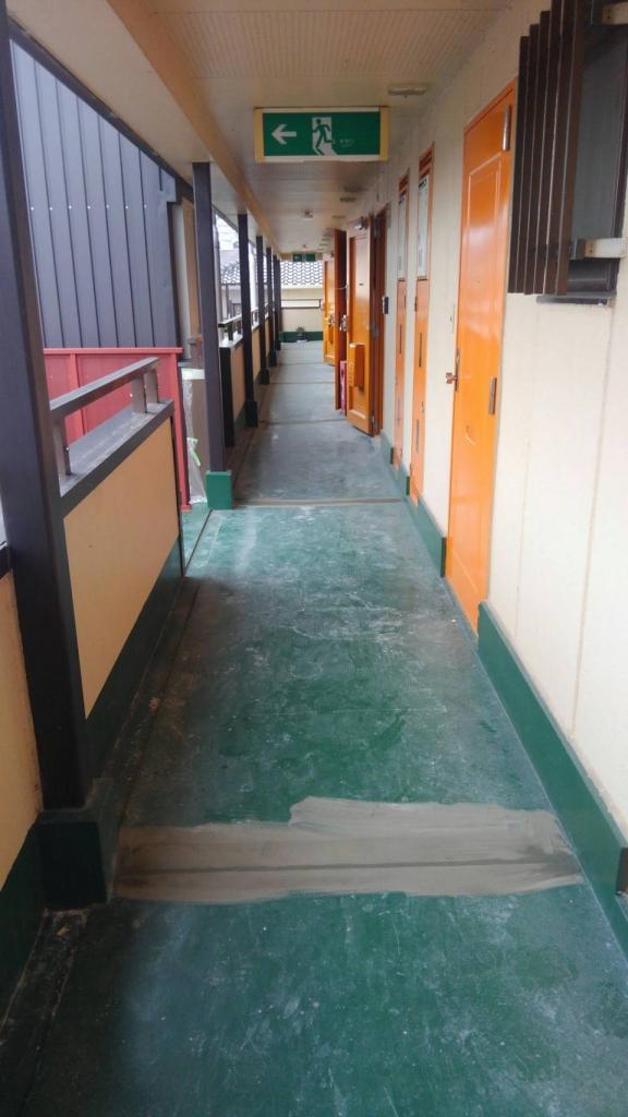 枚方市Mハイツ廊下・階段長尺シート貼付け工事の施工前