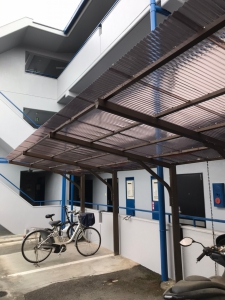 【自転車置き場の屋根 施工後】  穴が開いてしまったり、風で飛ばされてしまう前に定期的なメンテナンスが大切ですね。