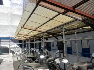 【自転車置き場の屋根 施工前】  自転車置き場の屋根は住人の方の自転車を守るのに必要不可欠です。