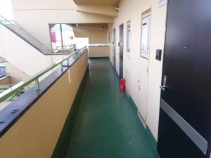 【廊下 施工前】         毎日多くの方が歩かれるからこそ、より丁寧に下塗り、中塗り、上塗りと3回に分けて塗ることで、しっかりと防水することができます。