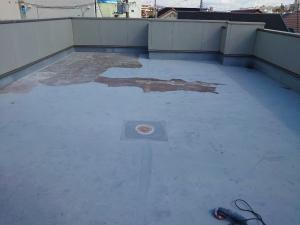 【施工中・下地調整】      新たな防水層を作成するにあたり、ひび割れや劣化、凹凸のある部分を補修します。