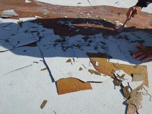 【施工中・下地調整】      既存の下地の浮きや剥がれの状態が悪い所のみ丁寧に剥がします。  その後、全体の汚れやほこりを除去します。