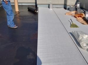 【施工中・通気シート貼り】   通気シートを貼る事により、下地からの水分を効率よく脱気筒に逃がし、防水層の浮きを防ぎます。